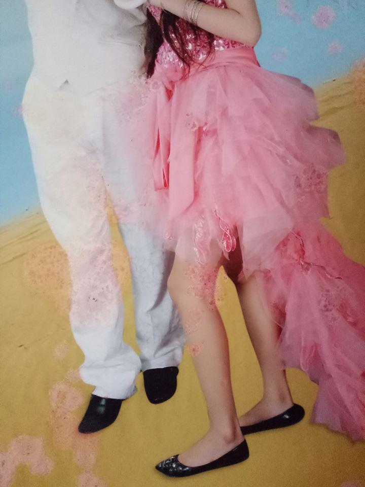 """""""Cô dâu đầu gối củ lạc và mô đen váy hồng công chúa - giày bẹt mầu đen - có phần đế dị dạng """"sờ tai"""". Rất hợp với tổng thể Hứa hẹn một trào lưu mới"""""""